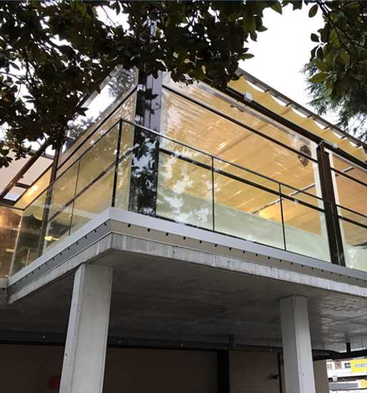 Toldo quitavientos con guías y ventana transparente